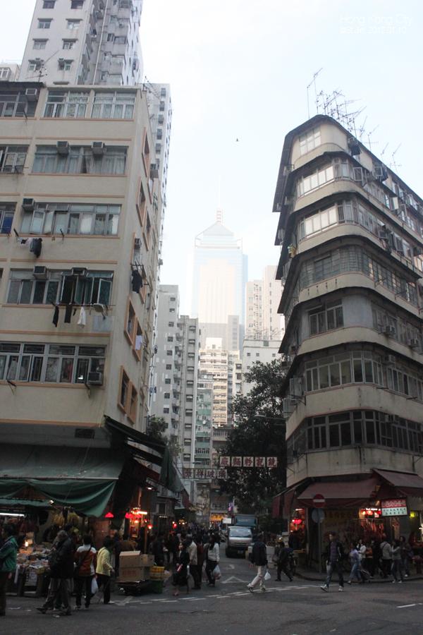 홍콩은 하늘이 좁지만 도시에 심도가 있다